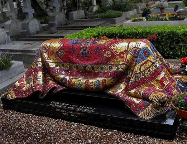 Мозаичный ковер на могиле Рудольфа Нуриева